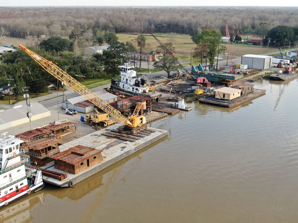 Un drone a fourni cette vue aérienne du chantier naval Verret à Plaquemine, en Louisiane (photo de Hunter Svetanics, gracieuseté de Johnson Marine Services)