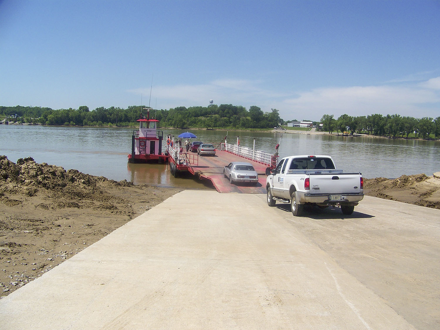The Cave-In-Rock Ferry crosses the Ohio River at Mile 881.0.