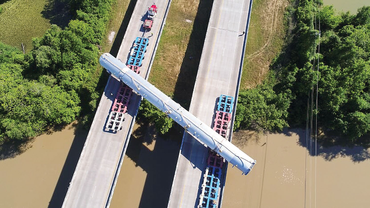 The column vessel had to span both directions of the highway crossing the San Bernard River because of bridge weight restrictions. (Photo courtesy of Barnhart Crane & Rigging)