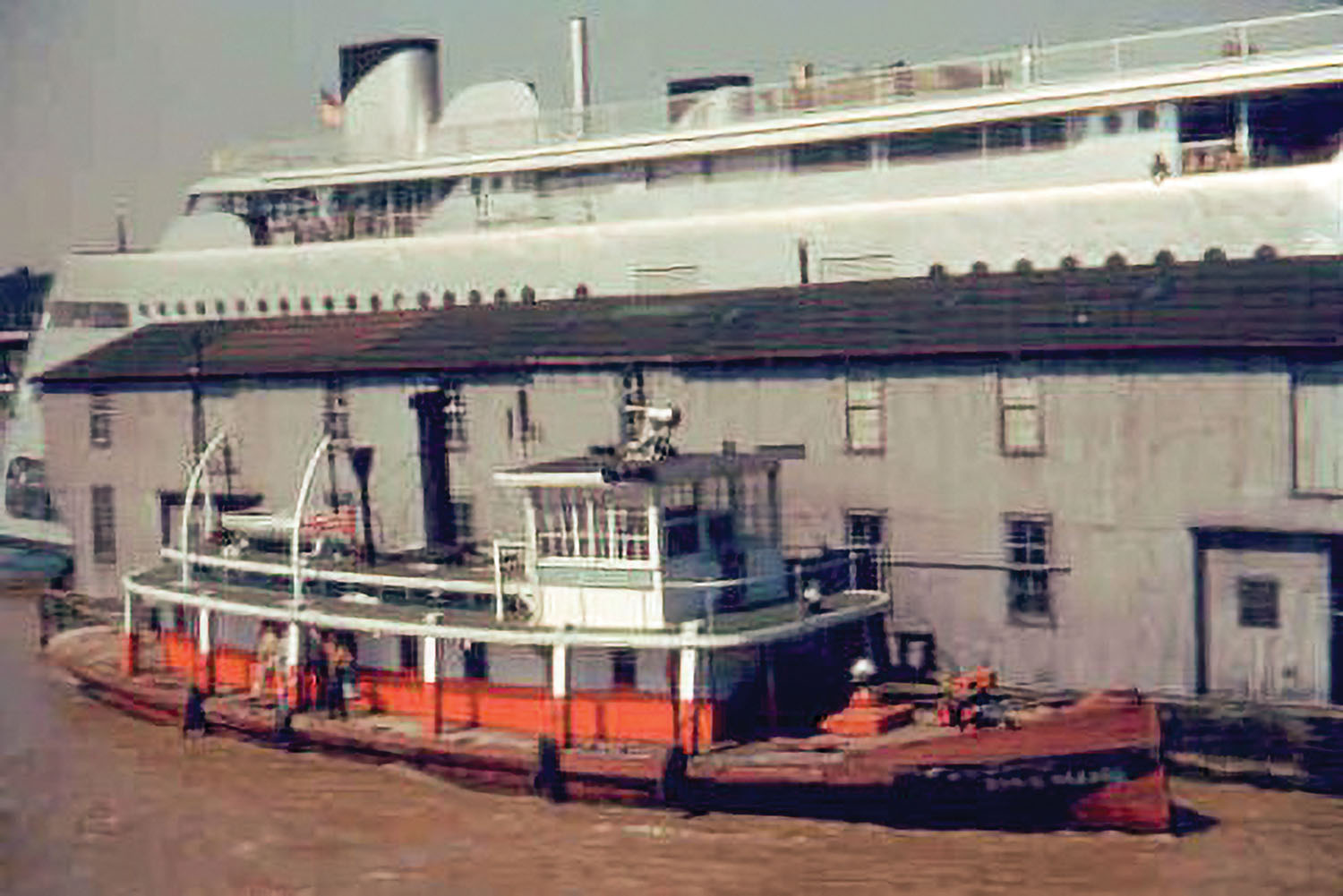 The Susie Hazard alongside the Streckfus work barge and the Admiral at St. Louis. (Keith Norrington collection)