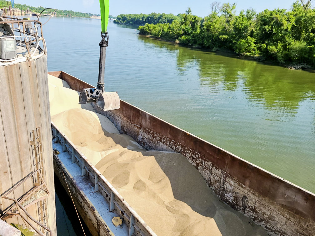 Unloading a fertilizer barge. (Photo by Kyle Glisson/Southern FS)