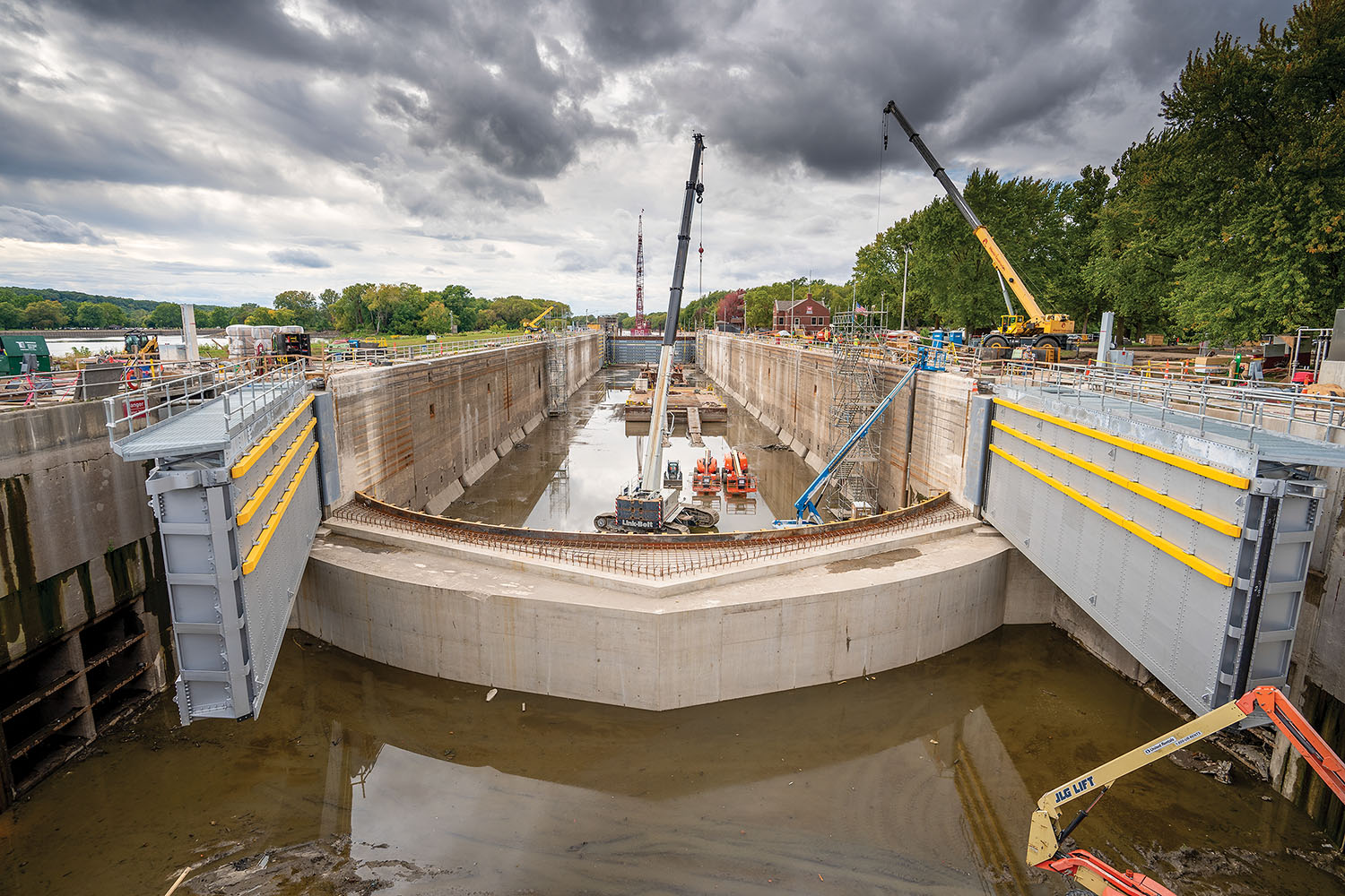 All four miter gates were replaced at Starved Rock Lock on the Illinois Waterway. Starved Lock was only one of several locks that received major rehab jobs simultaneously in 2020; the long-planned river closure for the repairs lasted from July 1 until October 29. (Photo courtesy of Alberici Constructors)