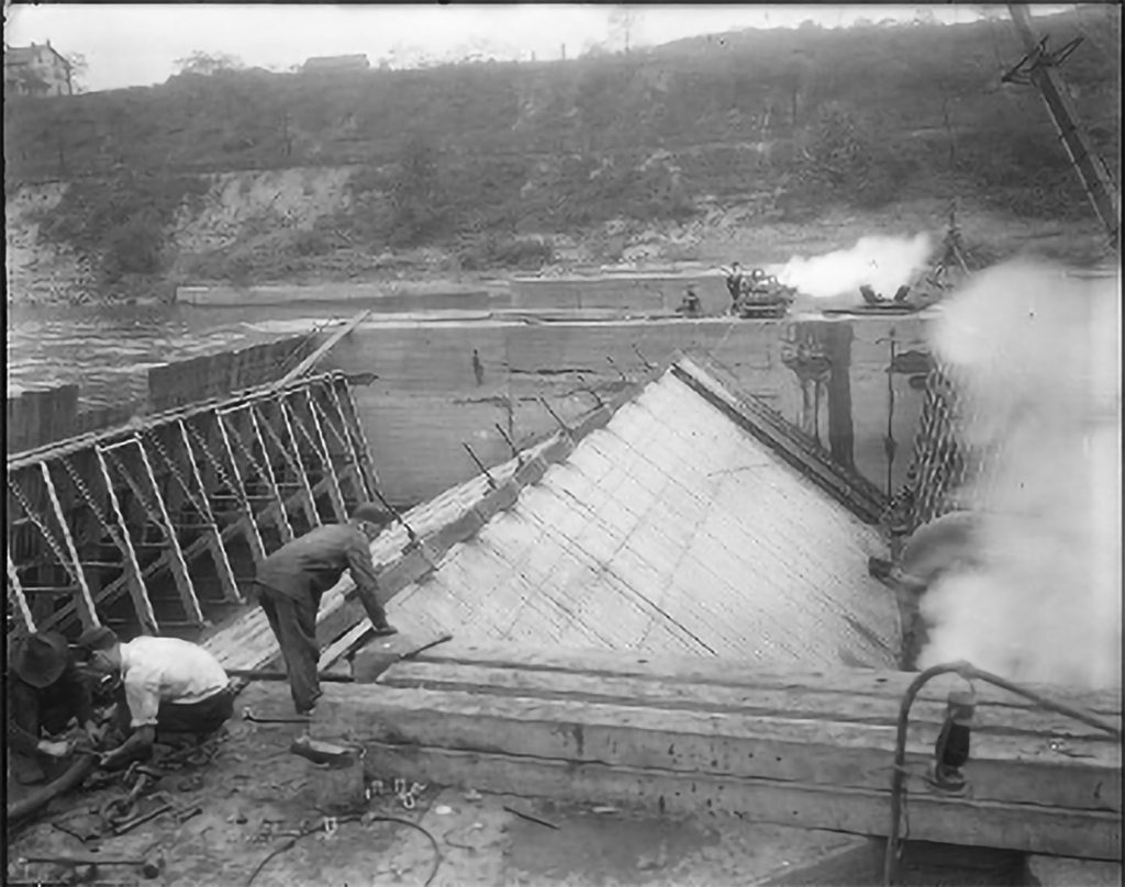 Workers repair the bear trap at Ohio River Lock & Dam 7 in 1924. (Photo courtesy of historicpittsburgh.org, Pittsburgh Engineer District Glass Plate Negatives and Pittsburgh City Photographer collections)