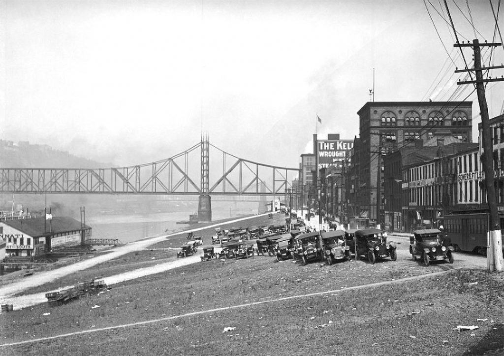Cars are parked on the Monongahela Wharf with a view of the Wabash Bridge in July 1917. (Photo courtesy of historicpittsburgh.org, Pittsburgh Engineer District Glass Plate Negatives and Pittsburgh City Photographer collections)