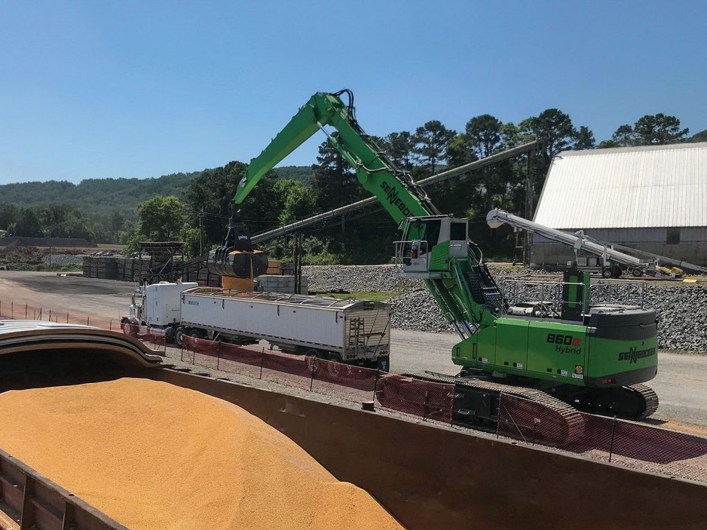 The long reach of the 860 R-HD often allows the operator to move the complete load without having to reposition the machine or the barge.