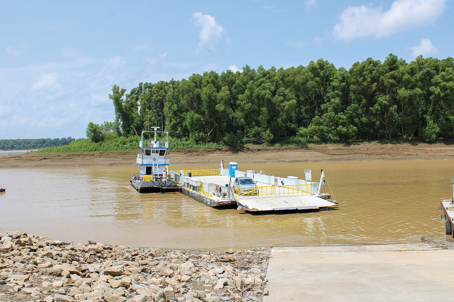 The Dorena-Hickman Ferry approaches the Kentucky landing. (Photo by Shelley Byrne)